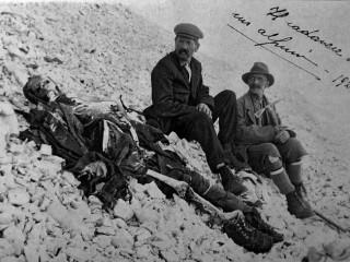 Ítalía árið 1923: Lík hermanns úr fyrri heimsstyrjöld í fjallshlíð