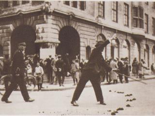 Borgarstjóri stjórnar umferð í Austurstræti sumarið 1925