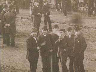 Skólapiltar í Austurstræti árið 1886