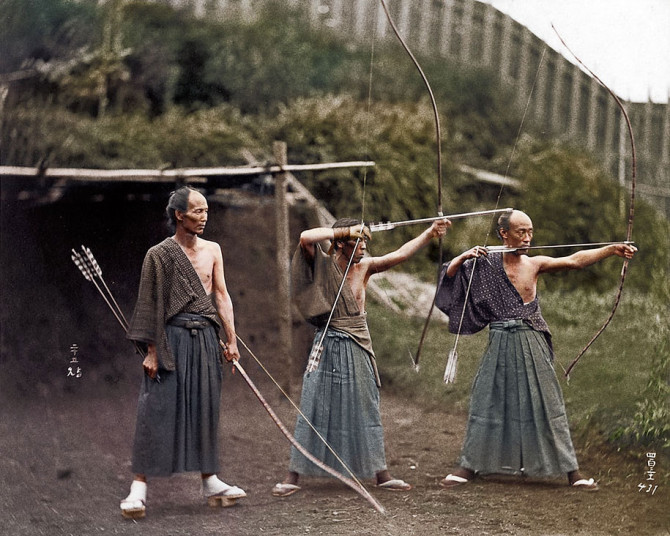 Japanskir samúræjar æfa bogfimi
