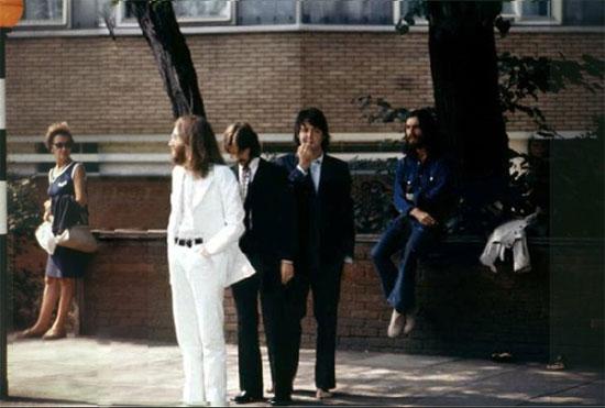 Bítlarnir búa sig undir að ganga yfir Abbey Road