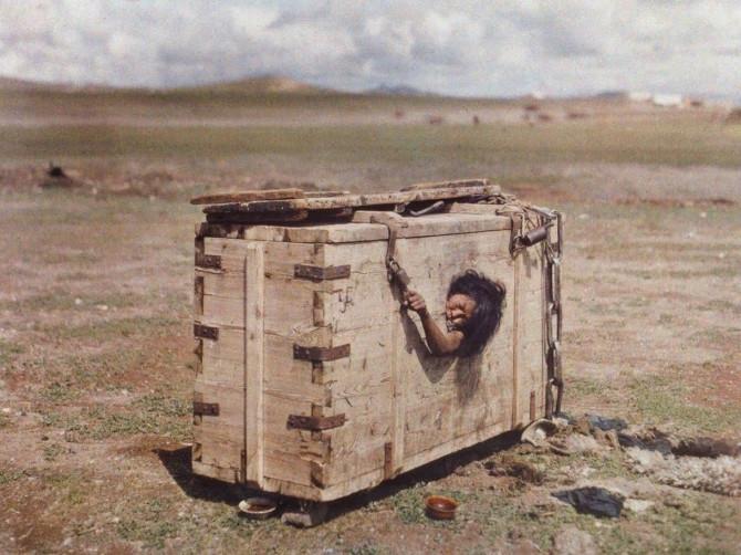 Mongólsk kona í færanlegum fangaklefa, 1913
