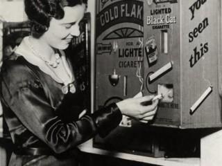 Sígarettusjálfsali sem kveikir í rettunni, 1931