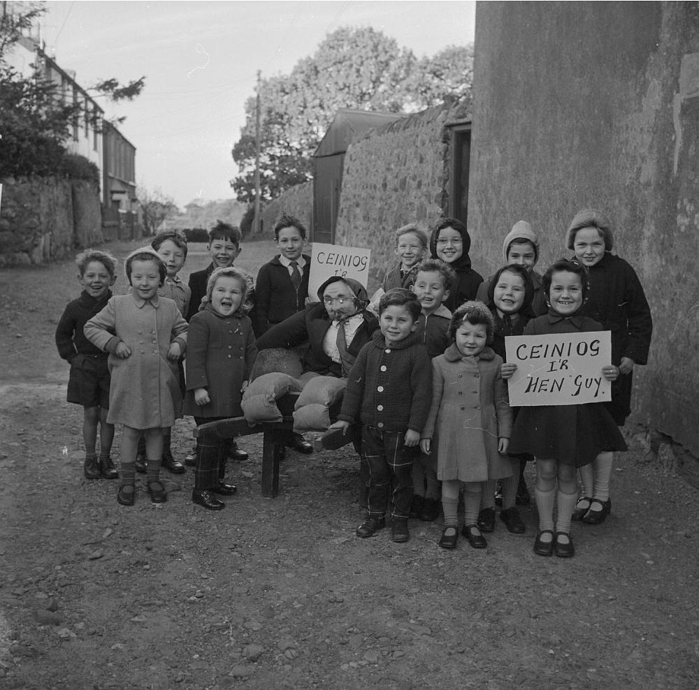 """Árið 1962: Velsk skólabörn með brúðu af Guy Fawkes sem til stendur að brenna og biðja um pening fyrir """"Guy"""" á velsku."""