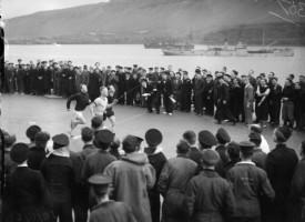Hermenn hlaupa á flugmóðurskipi í Hvalfirði