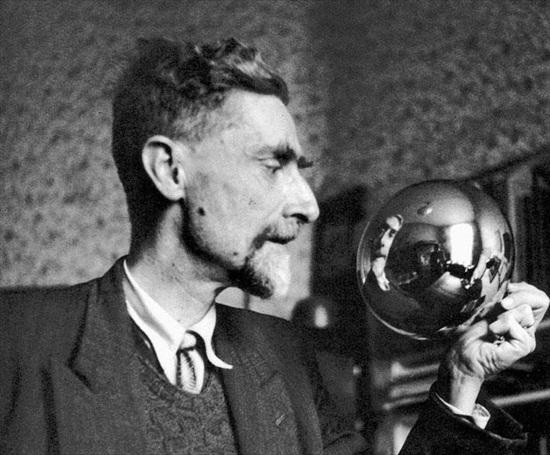 M. C. Escher og kúlan