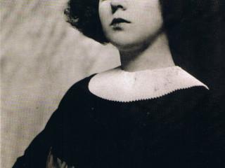 Lesbíska kabarett-söngkonan Claire Waldoff syngur um heimsku karlmanna árið 1917