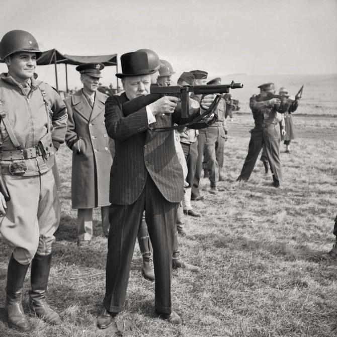 Winston Churchill með Thompson hríðskotabyssu