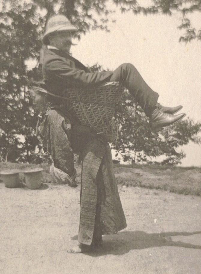 Nýlendustefnan á ljósmynd: Indversk kona með breskan mann á bakinu